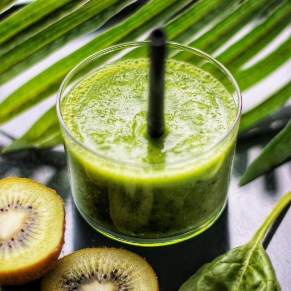 Green Smoothie mangue kiwi épinard eau de coco